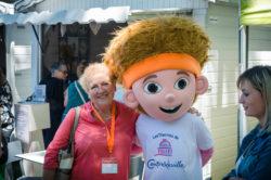 Mme Brigitte Marion et la mascotte de l'Open 88